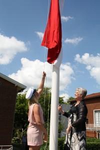 Gry og Anne hejser flaget