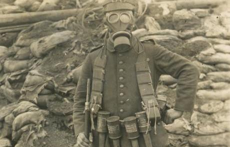 Dansk soldat med gasmaske_Skyttegrav_ukendtfotograf_1_beskaarret