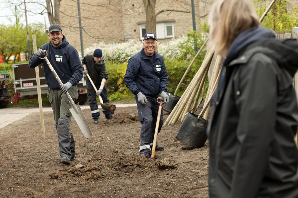 Nuki og Mauro graver MIKAL SCHLOSSER