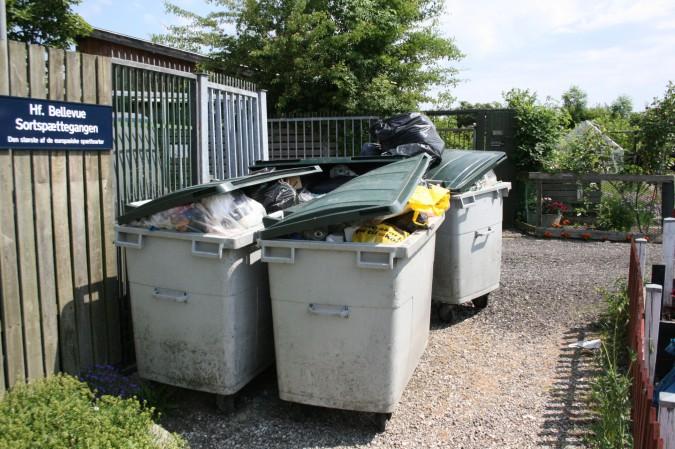 Affaldsservice her står skrald fra de sidste tre uger – kommunens folk vil ikke